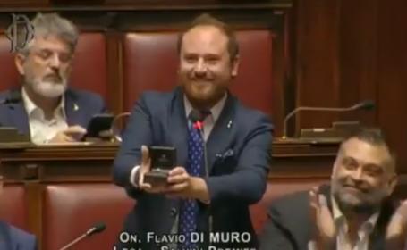Un deputat și-a cerut iubita în căsătorie chiar în sala de plen. Reacția acesteia. VIDEO