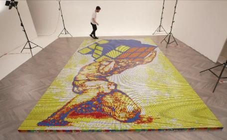 Un artist italian a creat cel mai mare mozaic din cuburi Rubik. Câte a folosit