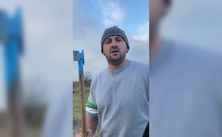 Un activist de mediu a filmat momentul în care este atacat cu toporul. Ce s-a întâmplat
