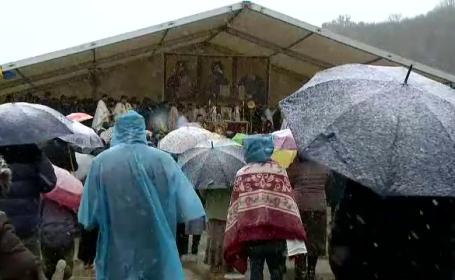 """Sute de creștini din toată țara, în pelerinaj la Peștera Sf Andrei. """"Suntem din Dacia Liberă, mai contează localitatea?"""""""