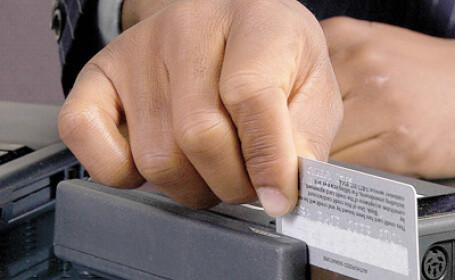 Salariatii statului pot alege: salariul pe card sau de la casierie