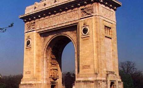 Arcul de Triumf, iluminat in roz ca simbol al luptei anticancer
