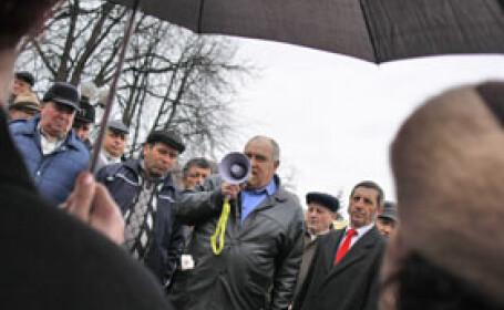 In prag de Craciun, angajatii de la ALRO Slatina au iesit din nou in strada