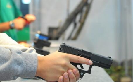Interzise copiilor, dar folosite de adulti. Un sofer din Alba a tras cu un pistol cu bile in trafic