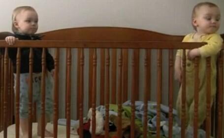 VIDEO.Doi parinti nu stiau cum reuseste bebelusul lor sa evadeze din patut. Pana au vazut acest clip