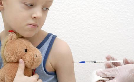Baietii vor fi vaccinati impotriva virusului care provoaca anumite tipuri de cancer la fete