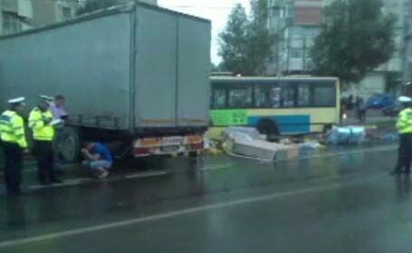 Un sofer de TIR, cu nenumarate amenzi pentru viteza la activ, a lovit un autobuz oprit in statie