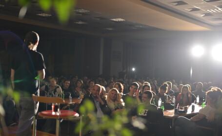 Sute de timisoreni si-au primit portia de ras la Maratonul de stand up comedy. Vezi GALERIE FOTO