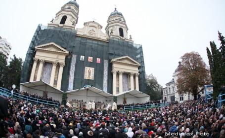 SFANTA PARASCHEVA 2013. Sute de oameni au format deja o coada in curtea Catedralei Mitropolitane