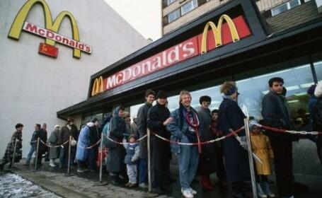 Cea mai mare coada vazuta la McDonald\'s in Europa.Cati rusi au venit la primul Mc deschis in Moscova