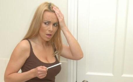 femeie cu test de sarcina