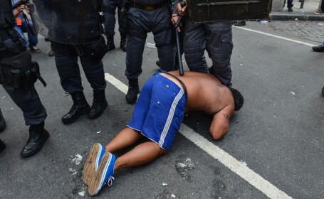 Lupte de strada in Brazilia, intre profesori si politie, cu grenade si gloante de cauciuc. VIDEO