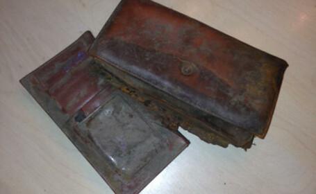 A gasit in parc un portofel pierdut acum 30 de ani. Ce se afla in interiorul lui