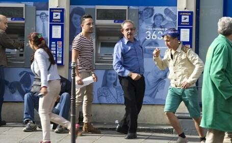 Hotii romi din Paris, surprinsi pe camera. Cum ii jefuiesc pe clientii de la bancomate
