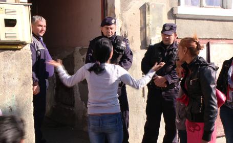 Scandal in zona Traian din Timisoara.O femeie de etnie rroma a fost evacuata din casa in care locuia