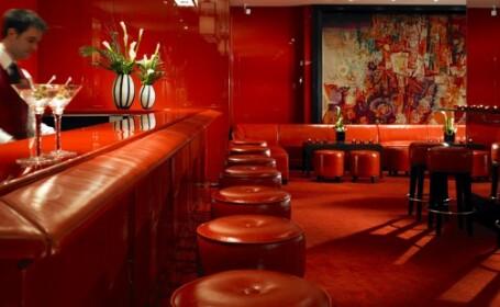 Doi rusi au pus un pariu inedit intr-un bar de lux din Londra.Ce a urmat l-a uimit pana si pe patron