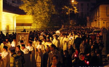 Coada de 1 kilometru la moastele Sfintei Parascheva. Peste 100 de oameni au avut nevoie de medici