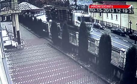 IMAGINI SOCANTE.O remorca plina cu busteni s-a rasturnat peste 3 barbati aflati in statia de autobuz