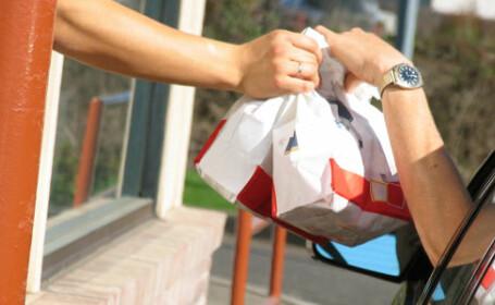 Ce a facut un client timp de 2 ore la drive-in, langa un fast-food. Politistii l-au arestat imediat