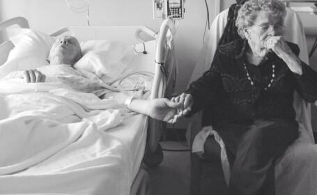 Fotografia care spune o poveste de iubire incredibila. Cei doi batrani au trait impreuna 68 de ani