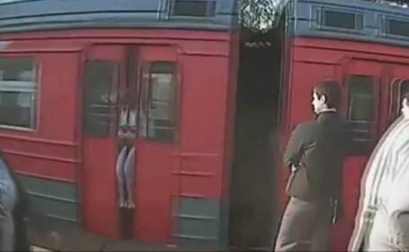 Femeie obligata sa calatoreasca 5 kilometri cu capul prins intre usile automate ale unui tren. VIDEO