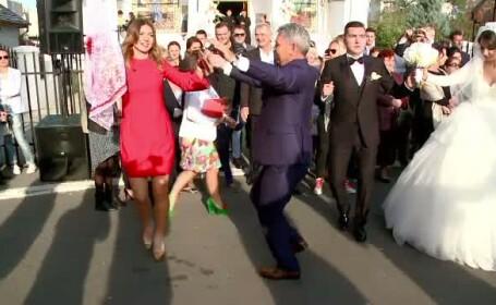 Simona Halep, in centrul atentiei la nunta fratelui ei. A stralucit intr-o rochie rosie si a incins o hora mare, in strada
