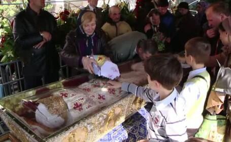 80.000 de credinciosi s-au inchinat in fata Cuvioasei Parascheva. Povestile celor care s-au rugat la ea si au trait minuni