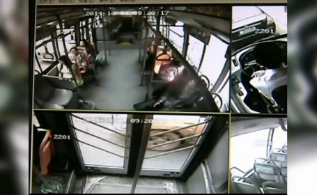 Camerele de supraveghere dintr-un autobuz au surprins momentul in care un telefon mobil a explodat in mana unei femei