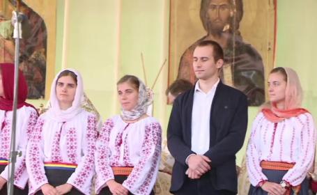 Cu ochii in lacrimi la slujba de Sfanta Parascheva. De ce a premiat Patriarhia o familie cu 13 copii la Iasi