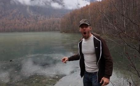 Reactia incredibila a acestui barbat, dupa ce arunca o piatra in lac. Ce se intampla la scurt timp