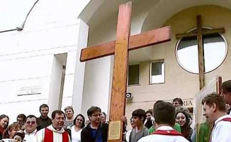 Crucea lui Christos, un obiect faurit la cererea Papei Ioan Paul al II-lea pentru tineretul catolic, a ajuns in Capitala