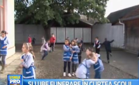 Capela mortuara dintr-un sat din Bistrita construita la 3 metri de scoala. Situatia ireala cu care se confrunta elevii