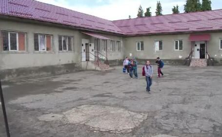 Romania invatamantului asa-zis gratuit. Povestea parintilor din Maramures care au renovat singuri o scoala veche de 60 de ani
