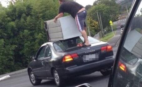 S-a urcat pe masina aflata in mers pentru a transporta un frigider. Fotografia surprinsa de un alt sofer a devenit viral