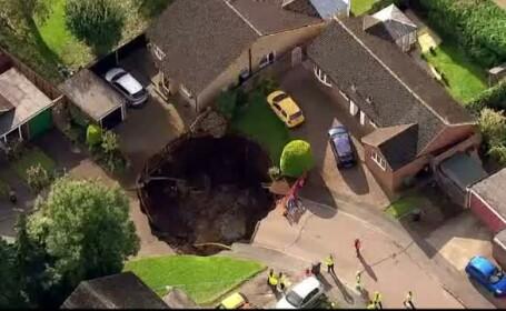 Crater imens, in mijlocul unui oras din Anglia. 50 de case au fost izolate din cauza gropii de 10 metri
