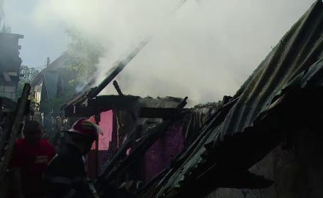 Doua case au ars intr-un cartier din Targu Mures. Incendiul ar fi pornit de la o soba cu lemne