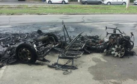O masina de tip microcar s-a facut scrum in plina strada. Soferul s-a salvat in ultimul moment