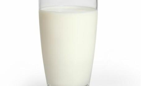 Ce se intampla daca iti hranesti copiii de pana in 3 ani cu lapte de vaca. Riscurile sunt majore, avertizeaza specialistii