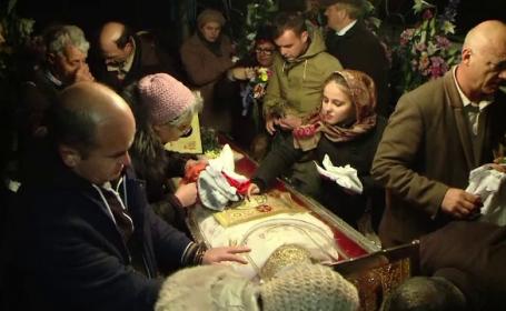 Pelerinii de la moastele Sfintei Parascheva au stat si 15 ore la coada de peste 2 km: \