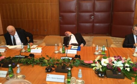 Consilierul prezidential Dan Mihalache ar fi fost fotografiat in timp ce dormea la o intalnire oficiala in Serbia, in iulie