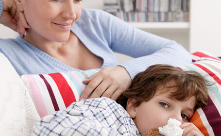 Copiii, cei mai afectati de schimbrile bruste ale vremii. Gesturile simple prin care-i putem feri de virusuri