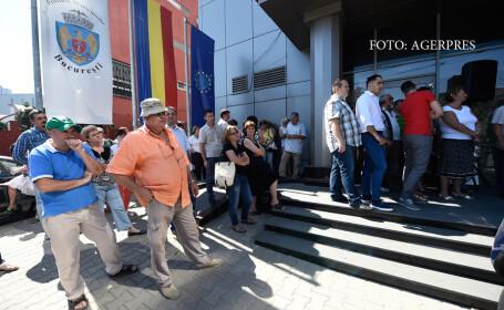 Functionarii Primariei municipiului Bucuresti au intrat in greva generala, in semn de protest fata de nivelul scazut al salariilor.