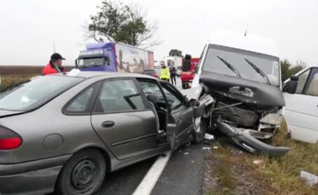 Cod rosu de interventie, dupa un accident de microbuz. 12 oameni au ramas blocati in masina