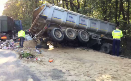 Circulatie blocata miercuri dimineata pe autostrada A1. Un camion plin cu gunoi a lovit o autoutilitara cu nisip