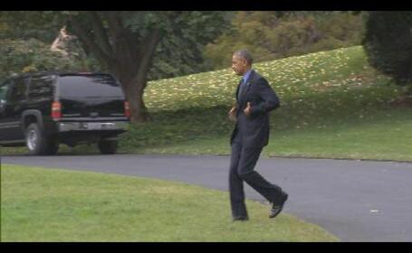 Momentul in care Barack Obama a realizat ca si-a uitat telefonul in casa si s-a intors dupa el. \