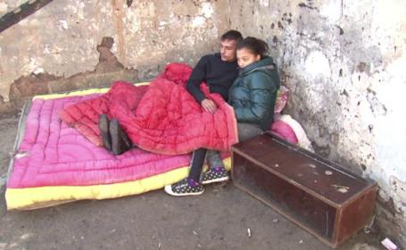 O familie din Bacau doarme sub cerul liber dupa ce casa le-a ars chiar in noaptea de Inviere: \
