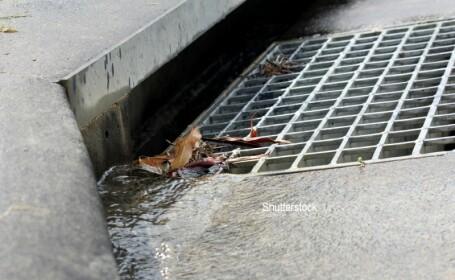 Un copil din Malaysia a intrat intr-un canal de scurgere, dar a trebuit sa ceara ajutor. Ce a patit baiatul FOTO