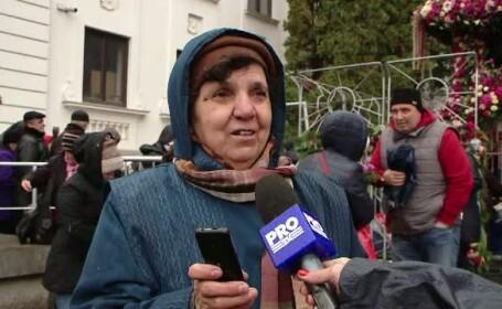 Pe langa rugaciuni, credinciosii ajunsi la Sfanta Parascheva nu uita sa fotografieze moastele pentru o amintire