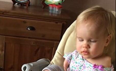O fetita nascuta fara maini invata sa se hraneasca folosindu-se de degetele de la picioare. Clipul urmarit de 45 mil. oameni