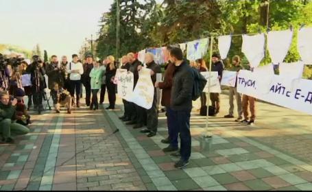 Protest atipic in fata Parlamentului de la Kiev, cu lenjerie intima masculina intinsa pe sarma. Semnificatia gestului